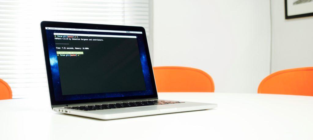 Computador con pruebas pasando